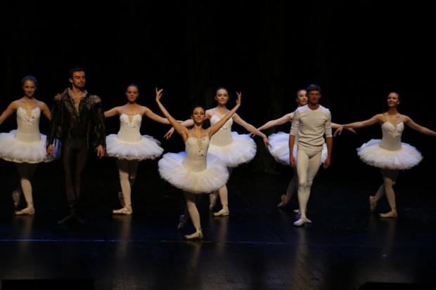 Lekcja baletu dla dzieci na deskach Forum