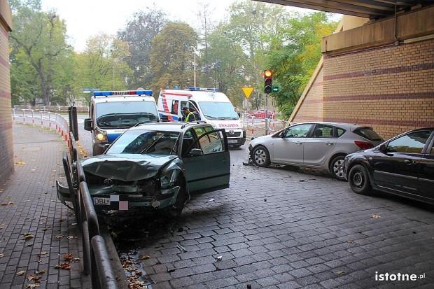 Wypadek w centrum miasta, kierowca uciekał przed policją