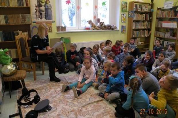 Policjanci czytają dzieciom