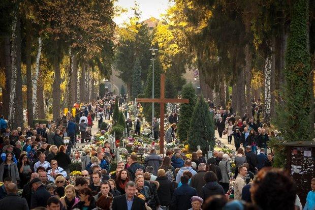 Impresja filmowa z cmentarza w dniu Wszystkich Świętych