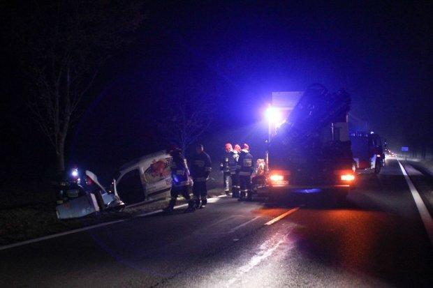 Auto wpadło do rowu koło Kruszyna - dwie kobiety poszkodowane