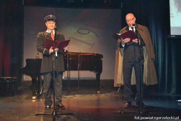 Wspólne śpiewanie pieśni patriotycznych w Zgorzelcu