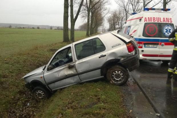 Kierowca Golfa wypadł z drogi między Wartą Bolesławiecką a Iwinami