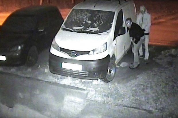 Włamanie do Nissana w Łaziskach - pomóż ustalić sprawców