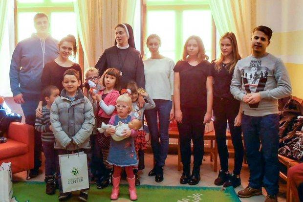 Młodzieżówka PiS z mikołajkowymi prezentami dla Domu Dziecka