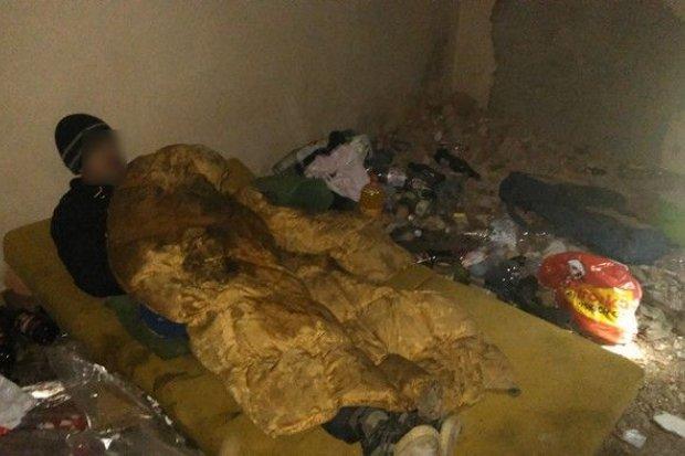 Bezdomny mężczyzna w pustostanie przy Mickiewicza