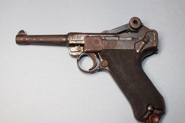 Pistolet Luger w rękach Anny Bober-Tubaj