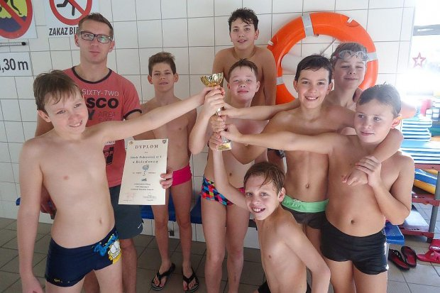 """""""Czwórka"""" i Oxpress najlepsze w sztafetach pływackich"""