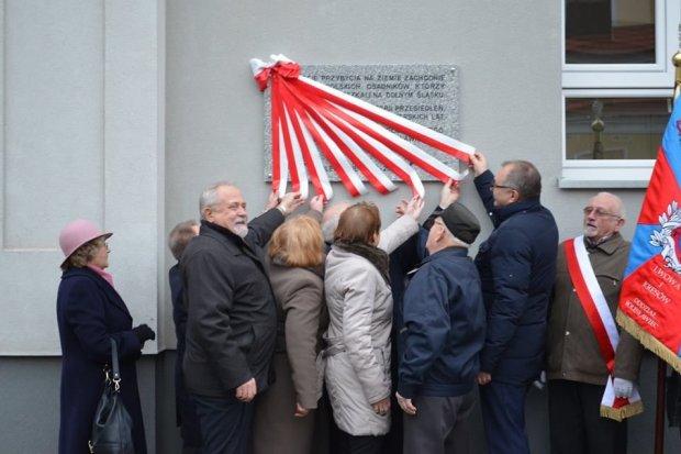 Odsłonięto tablicę upamiętniającą 70-lecie przybycia na ziemie zachodnie pierwszych polskich osadników