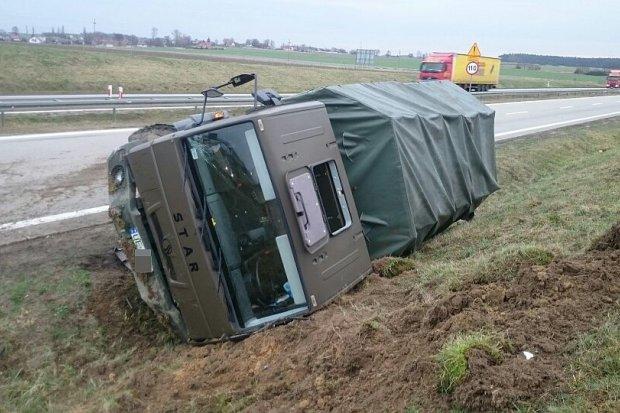 Ciężarówka wojskowa uderzyła w barierkę energochłonną – dwie osoby ranne