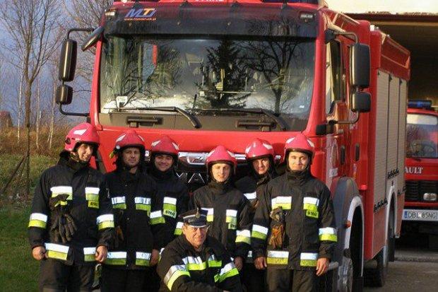 Strażacy ochotnicy z Różyńca (gmina Gromadka) z nowym samochodem pożarniczym