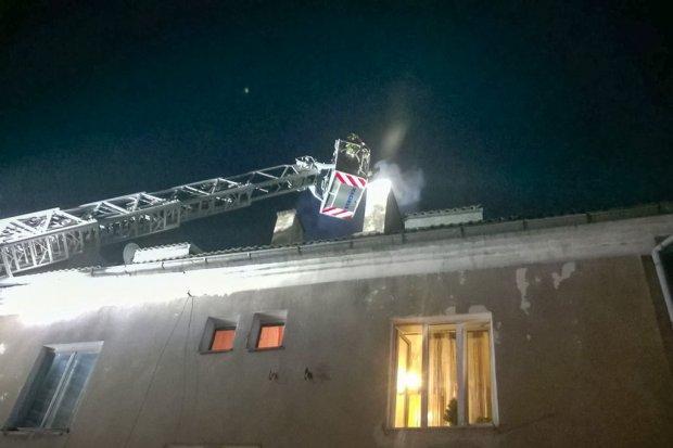 Pożar w Iwinach (gmina Warta Bolesławiecka) – jedna osoba podtruła się czadem