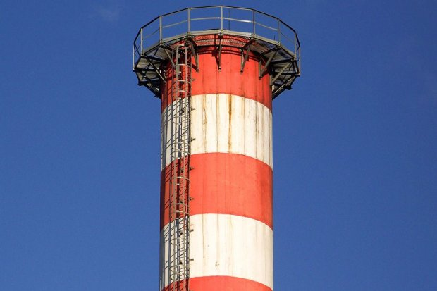 Wspinają się na 30-metrowy komin, filmikami chwalą się w sieci