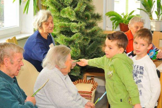 Przedszkolaki w Domu Seniora: laurki, życzenia i dziecięcy uśmiech