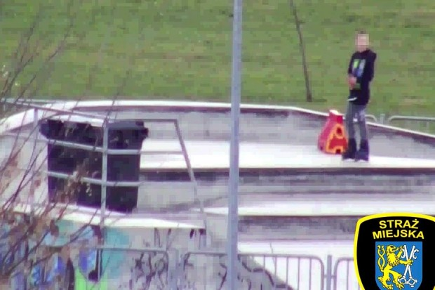 Śmietnikowy skoczek w skateparku. Omal nie doszło do tragedii