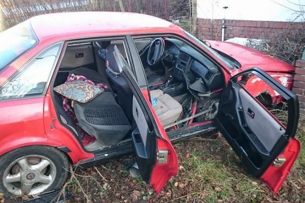 Kierowca Audi zdewastował latarnię i wpadł na posesję