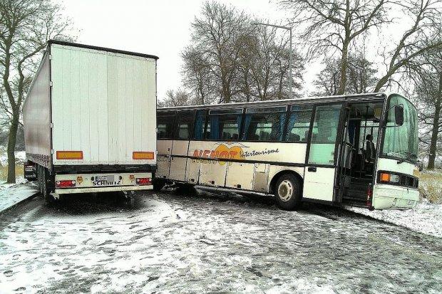 Zderzenie ciężarówki, osobówki i autobusu w Kruszynie