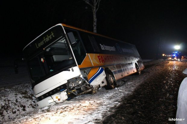 Za Łaziskami autobus zderzył się z osobówką - jedna osoba ranna