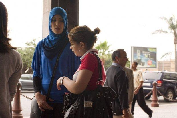 Feministka w Maroku – Suknia z piór