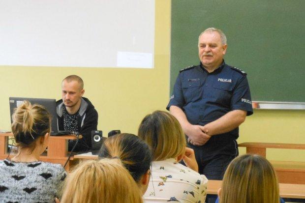 Szef bolesławieckiej policji insp. Henryk Stefanko spotkał się z maturzystami