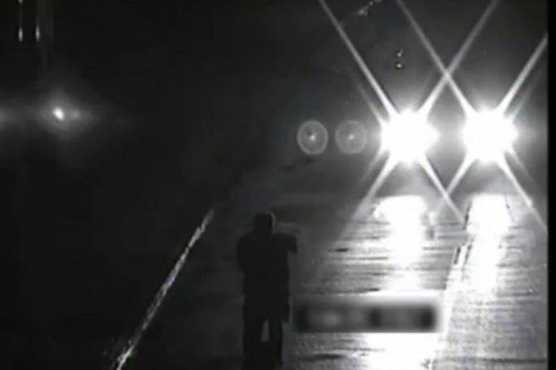 Pijany 38-latek na dopalaczach oddał mocz na jezdnię, a potem na niej ukląkł i zatrzymywał auta