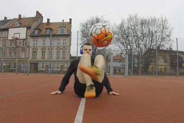 Zobacz, co z futbolówką wyprawia Łukasz Kwaśniak!