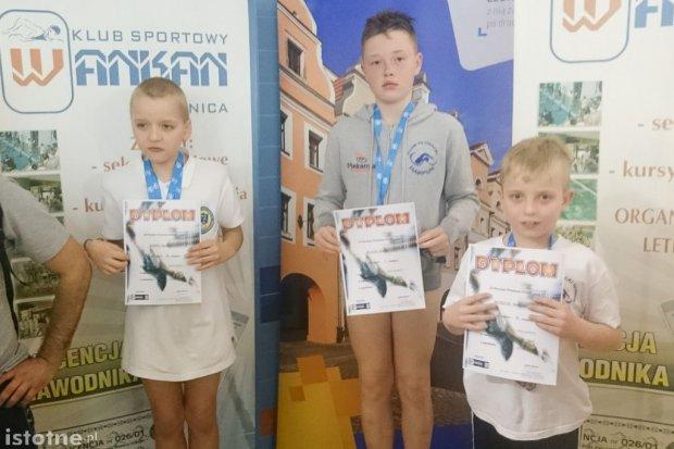 Grad medali pływaków Harpuna na zawodach w Legnicy