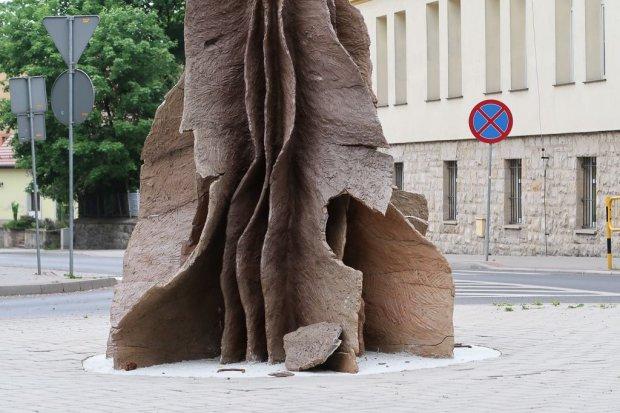 Kontrowersyjna rzeźba została zniszczona umyślnie?