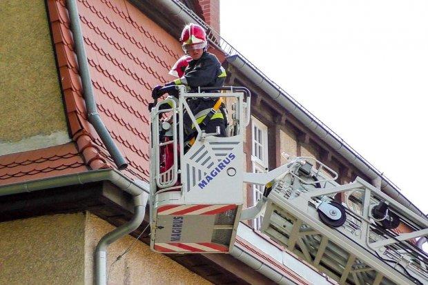 Kolejna akcja strażaków. Szukali bezdomnego na dachu