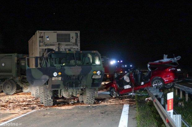 Tragedia na A18 – w amerykańskie wojskowe auto uderzyła osobówka