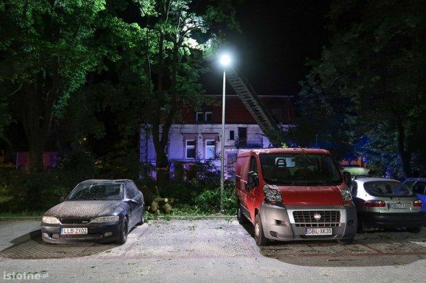 Konar drzewa uszkodził nocą auta zaparkowane przy ul. Jana Pawła