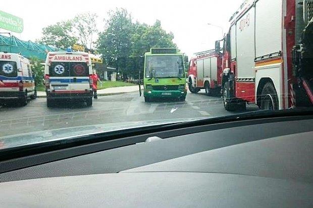 Autobus MZK zderzył się z busem. 82-latka w szpitalu