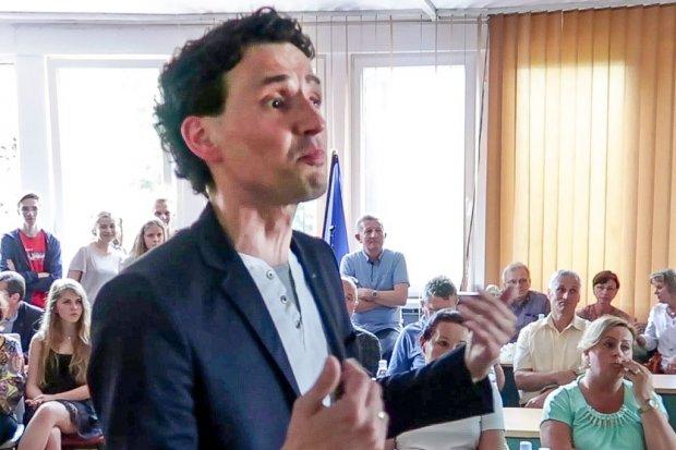 Radny Małkowski oberwał na spotkaniu w sprawie szkoły specjalnej