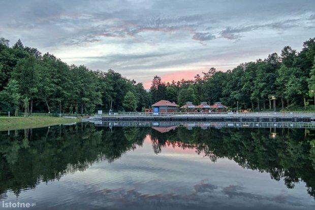 Wieczorne pływanie przy muzyce w ośrodku Leśny Potok