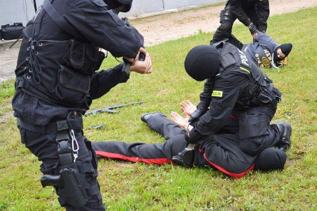 Ćwiczenia: Trzech zamaskowanych terrorystów i zakładnik w magazynie z bronią