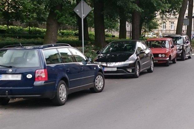 Giganci parkowania paraliżują ruch na Piaskowej i Kubika