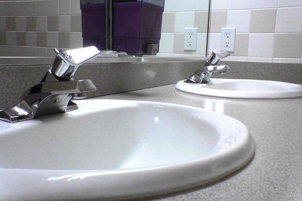 Ścigany listem gończym 59-latek ukrył się przed policją w… łazience