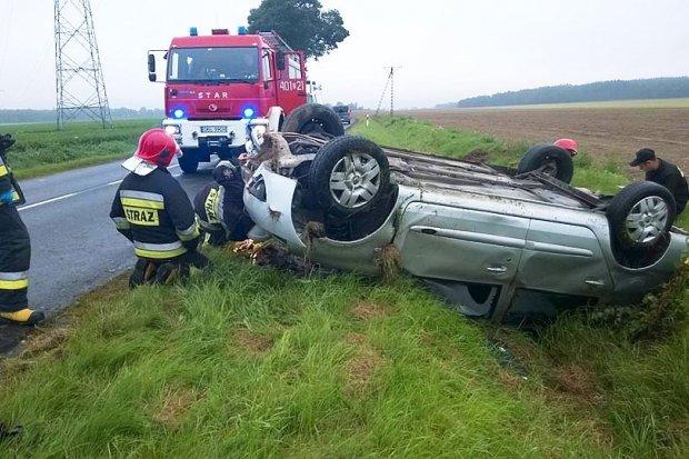 Dachowanie auta koło Warty - jedna osoba ranna