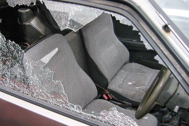 Z taką furią niszczył auto znajomego, że… zranił się w rękę