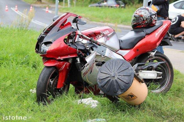 Motocyklista w szpitalu po zderzeniu z autem koło wiaduktu