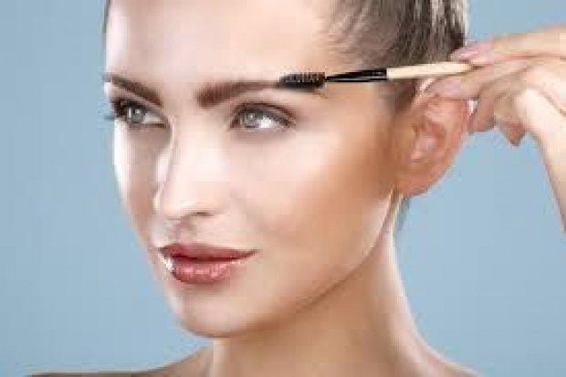 Stylizacja brwi - jak regulować i malować brwi, by podkreślić oko i kontur twarzy