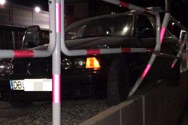 19-latek z BMW uszkodził ogrodzenie przy galerii