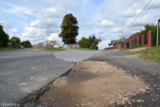 """Zniszczona droga przy ul. Widok. """"Nie mieszkamy w jakichś slamsach"""" – żalą się mieszkańcy"""