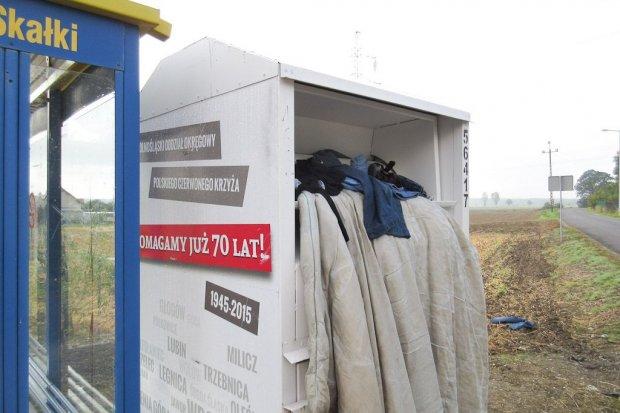 Ludzie traktują kontenery na odzież PCK jak śmietniki