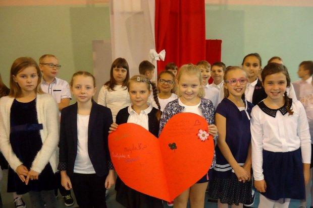 Serca dla nauczycieli od uczniów Szkoły Podstawowej nr 3