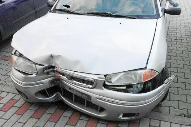 Kierowca z 3 promilami uciekał przed policją. Wjechał w znak drogowy