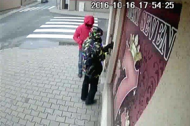 Poznajesz ich? Są podejrzani o rozbój w Nowogrodźcu