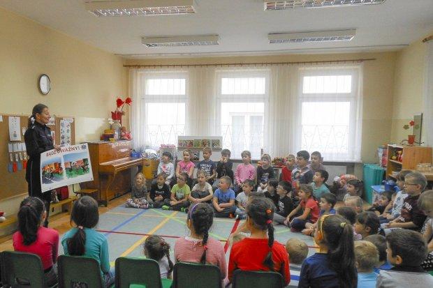 """Policja: spotkanie z przedszkolakami z """"czwórki"""". Bajki i rozmowy o bezpieczeństwie"""