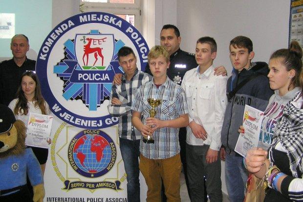 """Uczniowie """"Budowlanki"""" laureatami konkursu wiedzy o policji"""