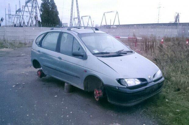 Porzucony Renault straszy w Kruszynie